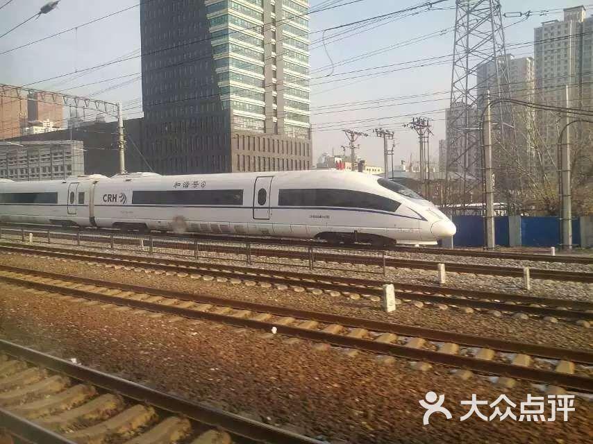 武广高铁的官方名称是武广客运专线,是京广客运专线的一部分位于南段。一般媒体和旅客都将其简称为武广高铁。 在试运行期间有幸提前体验了坐高铁的感觉,参见本人在社区里发的贴子《体验高铁》http://www.dianping.com/group/trip111/topic/2674659,这里就不再累述了。 最近关于高铁的新闻不断,高铁降速降价、高铁车票实名制、高铁因灾害天气停运、日本人称中国高铁盗版等等.