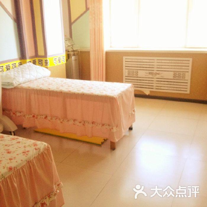 可爱可亲母婴用品生活馆形象柜图片-北京孕产护理