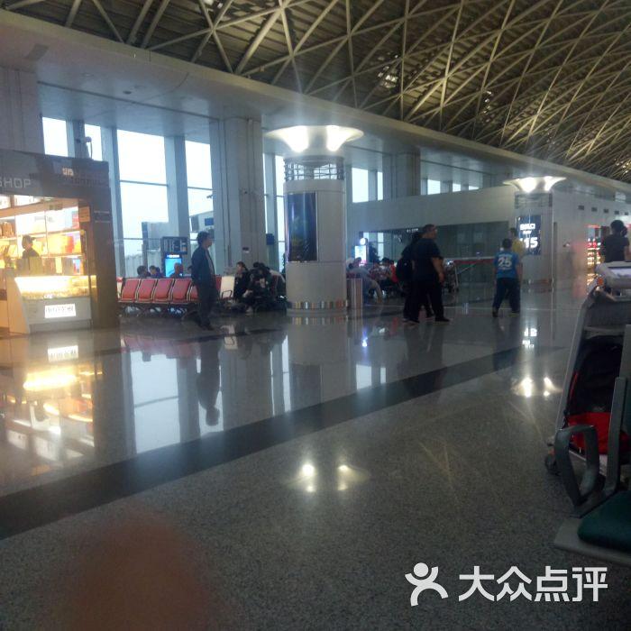 候机无聊,先把丑陋的照片上传上来,随便这几句我奏是这么无聊的人儿 滴滴专车师傅也太积极了,预订的四点半出发,四点就给我电话说在等我了 大晚上一路畅通,20公里也就用了十多二十分钟就到了感觉还能在机场睡睡 双流国际机场还是挺腻害的,是中国大陆第四大航空枢纽,是中国中西部最大、功能较完善的综合货运站,具备全天候通关能力,也是正在积极打造的中国西部连通世界的国家级国际航空枢纽。 成都双流国际机场位于成都市西南郊,距市中心16公里,有直达市区的高速公路和多条公交专线,设有长途客运站、出租车服