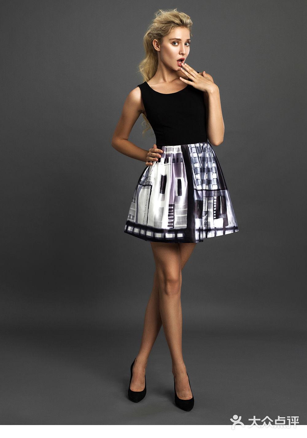 点带鱼尾裙配针织罩衫图片
