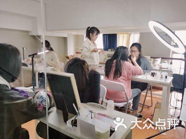 㮈日式美甲美睫皮肤管理培训学院