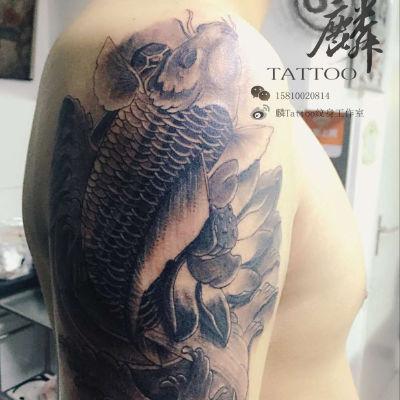 大臂鲤鱼纹身图
