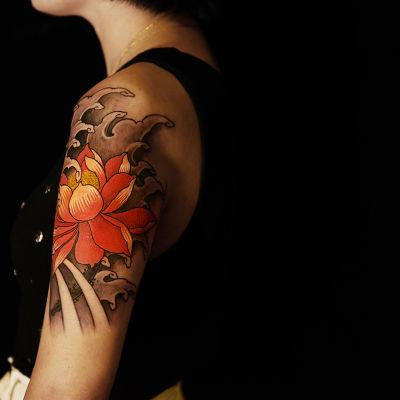 大臂荷花纹身款式图