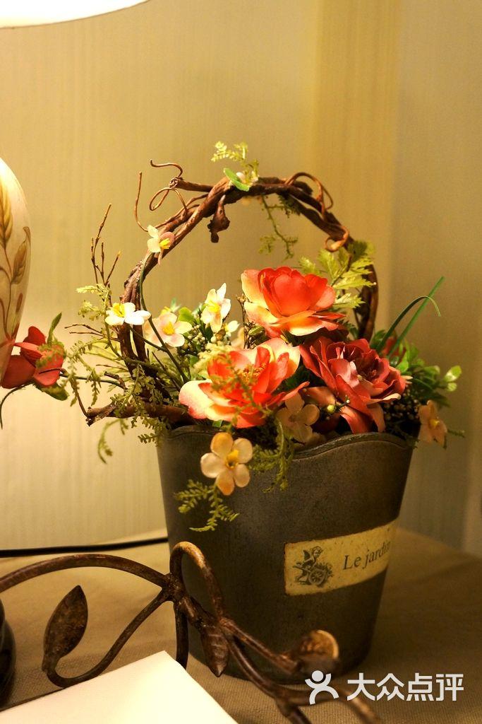 着花_装着花的小桶