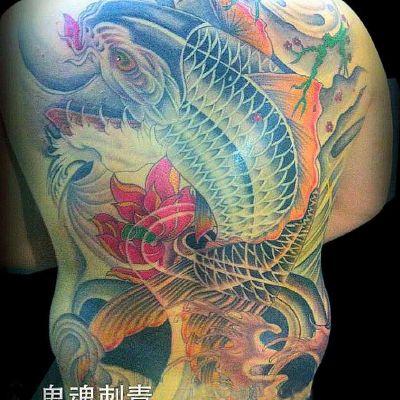 满背鲤鱼纹身图