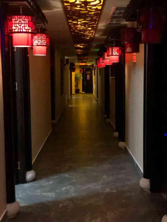 中式装修古式古香,店员都着中式服装,仿佛到了古代.