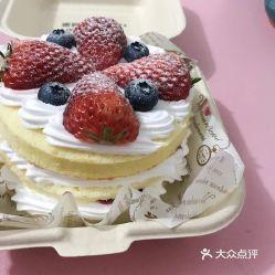 奶油西西里,在铁西广场附近,买的是3.5寸小蛋糕,草莓的网红盒子,看起来还不错,草莓甜甜的,盒子很美丽很有创意,不同款都不一样,蛋糕分为三层,中间有夹心果酱,总体味道还是不错的 特价打折买的一五块九,也值了图片