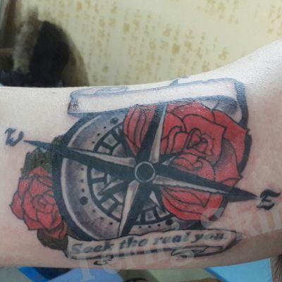 大臂内侧SCHOOL纹身款式图