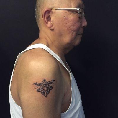 点刺图腾.80岁大爷纹身图