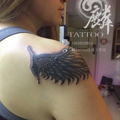 过肩翅膀纹身图