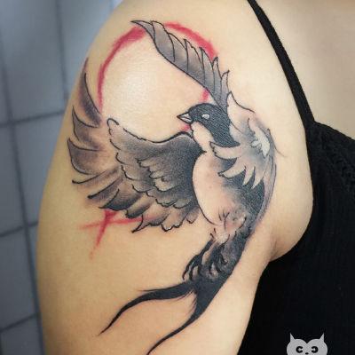 大臂燕子纹身款式图