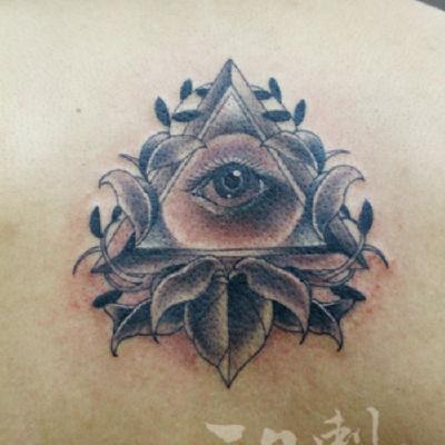 印象刺青-黑白三角眼纹身图