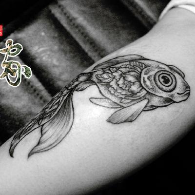 点线鱼纹身款式图